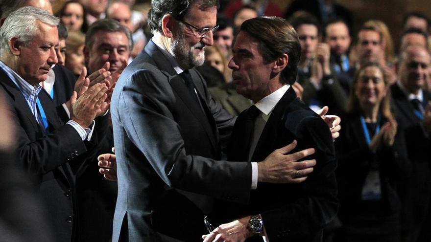 Mariano Rajoy y José María Aznar, en una conferencia política del PP.
