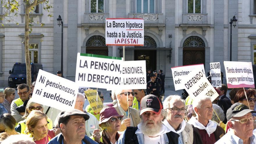 Miembros de la PAH y pensionistas se movilizan frente al Tribunal Supremo