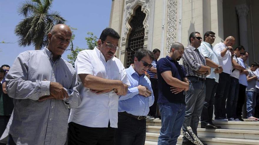 Familiares de las víctimas del avión de Egyptair piden la entrega de sus cuerpos