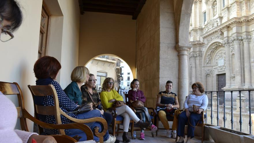 Algunas vecinas que se han encerrado en el Ayuntamiento de Lorca