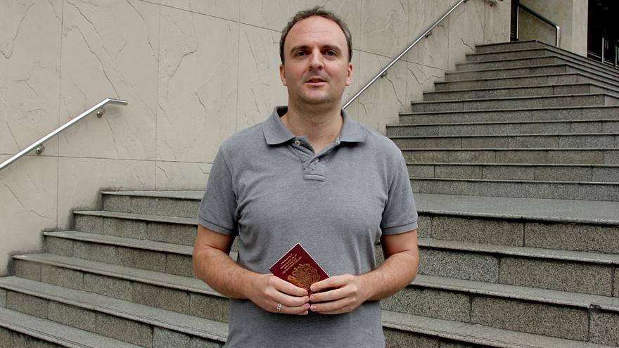 El activista Andrew Hall con su pasaporte que le ha sido confiscado para que no huya de Tailandia.   Laura Villadiego