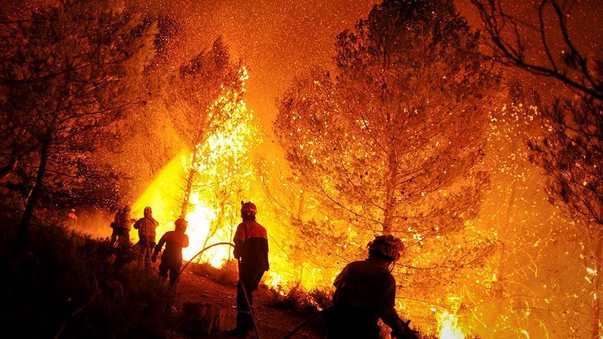 Una imagen tomada por Pedro Armestre de un incendio en La Torre de les Maçanes, Alicante.