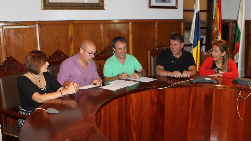 Firma del convenio para apoyar las labores del equipo técnico responsable de las áreas municipales de Atención al Menor y a la Familia.