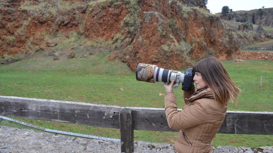 Marina Cano fotografiando en el Parque de Cabárceno | RUBÉN ALONSO