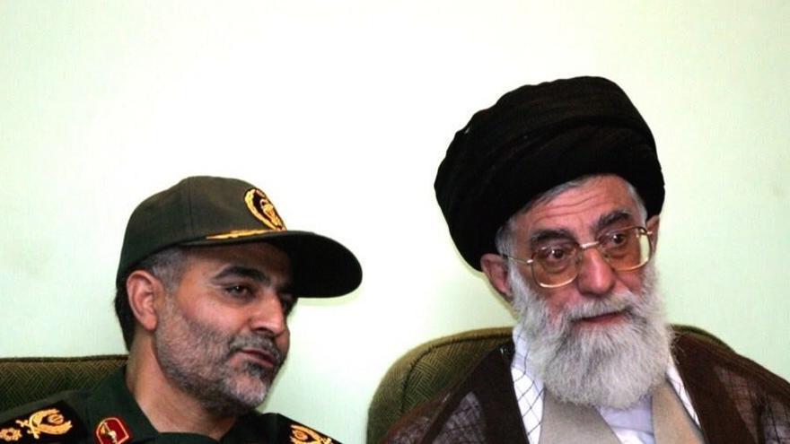 El general Qasem Suleimani, izquierda, junto al líder supremo de Irán, el Ayatolá Sayyid Ali Khamenei.
