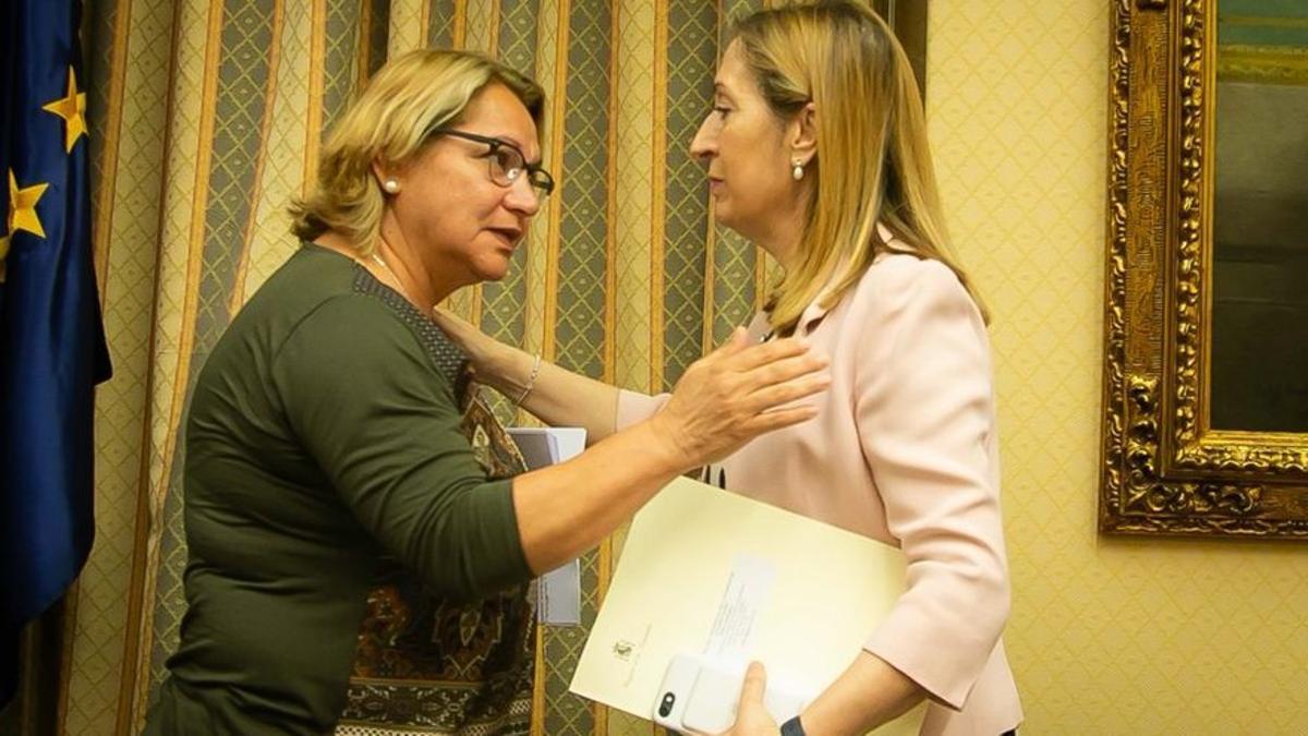Meri Pita, diputada de Unidos Podemos, hablando con la presidenta del Congreso, Ana Pastor, en una sesión de la comisión que investiga el accidente del vuelo JK 5022 de Spanair en la XII Legislatura