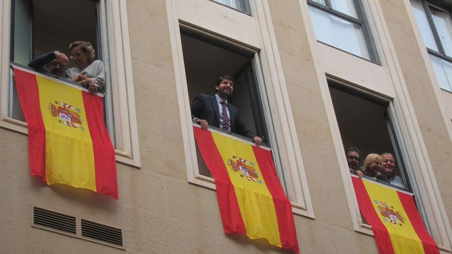 """El presidente de Murcia ve """"inaudito"""" que al PSOE le """"moleste tanto la bandera de España"""" y """"no los lazos amarillos"""""""