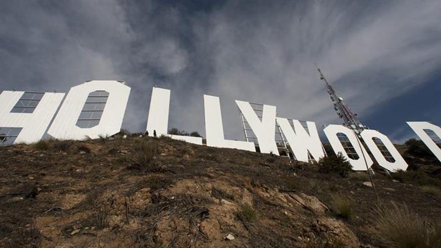 Cien bomberos trabajan para sofocar un incendio cercano al letrero de Hollywood
