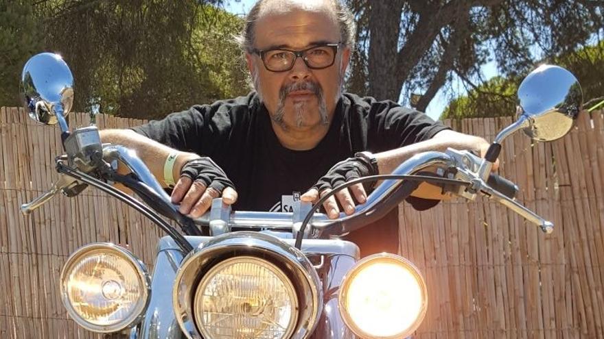 Antonio Saura, montado en su Honda
