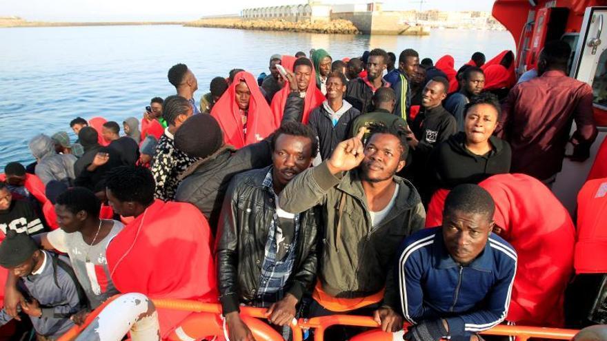 Rescatados 130 inmigrantes de doce pateras en aguas del Estrecho