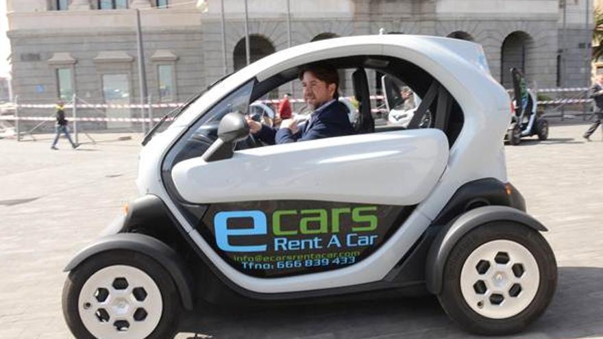 Carlos Alonso, en la presentación de una 'rent a car' de coches eléctricos, en Santa Cruz