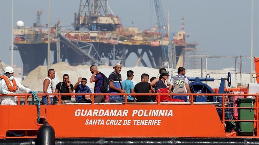 Trasladan al puerto de Almería a 87 inmigrantes rescatados de tres pateras