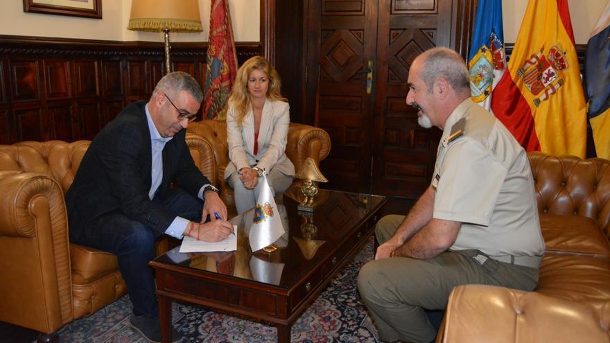 Firma del acuerdo entre el Ejército y el Ayuntamiento.