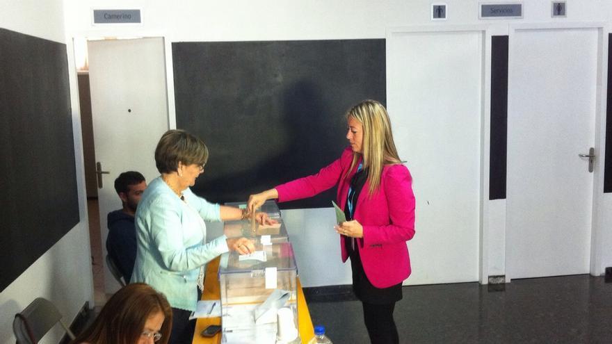 María de Haro, candidata del PP a la Presidencia del Cabildo, votó en Los Llanos de Aridane.
