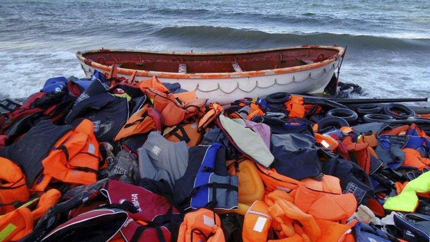 Varios chalecos salvavidas utilizados por los migrantes para cruzar el Mediterráneo abandonados en una playa.