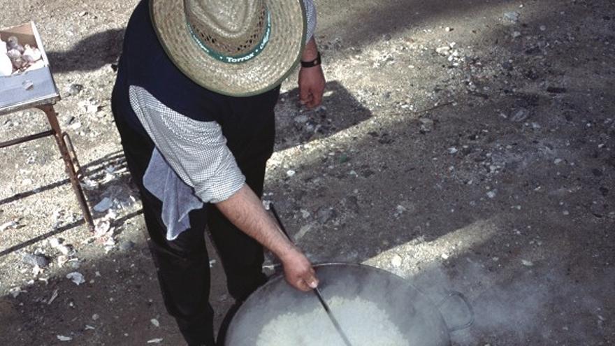 Preparación de las migas, en Torrox // Diputación de Málaga