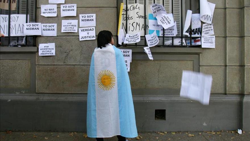 Concentración frente a embajada argentina en Chile pide aclarar muerte Nisman