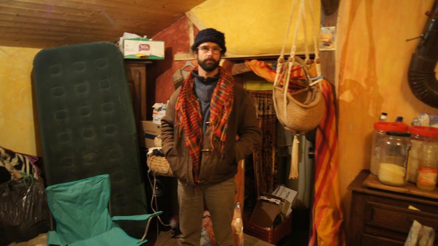 El campesino Cédric Herrou en el interior de su casa. | Foto: Enric Bonet