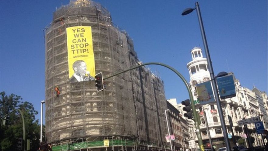 Greenpeace cuelga un cartel contra el TTIP en el centro de Madrid ante la visita de Obama