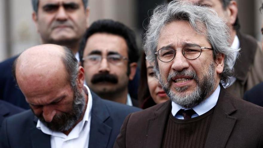 "Condenan a 5 años de cárcel a dos periodistas turcos por ""revelar secretos"""
