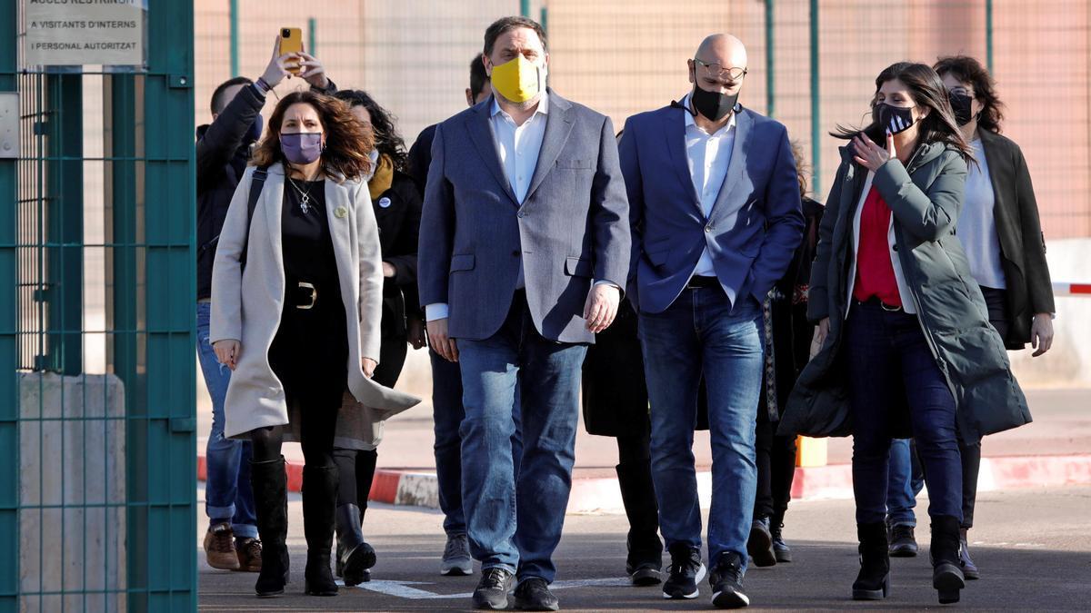 """El presidente de ERC, Oriol Junqueras, junto a los otros seis presos del """"procés"""" que cumplen condena en la cárcel de Lledoners salen de la prisión después de que la Generalitat les concediera un tercer grado durante la campaña electoral del 14F."""