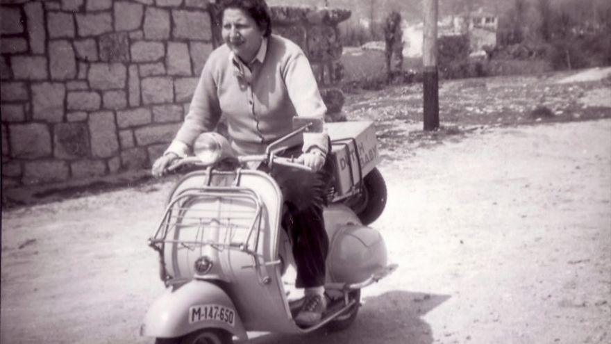 Gloria Fuertes en moto