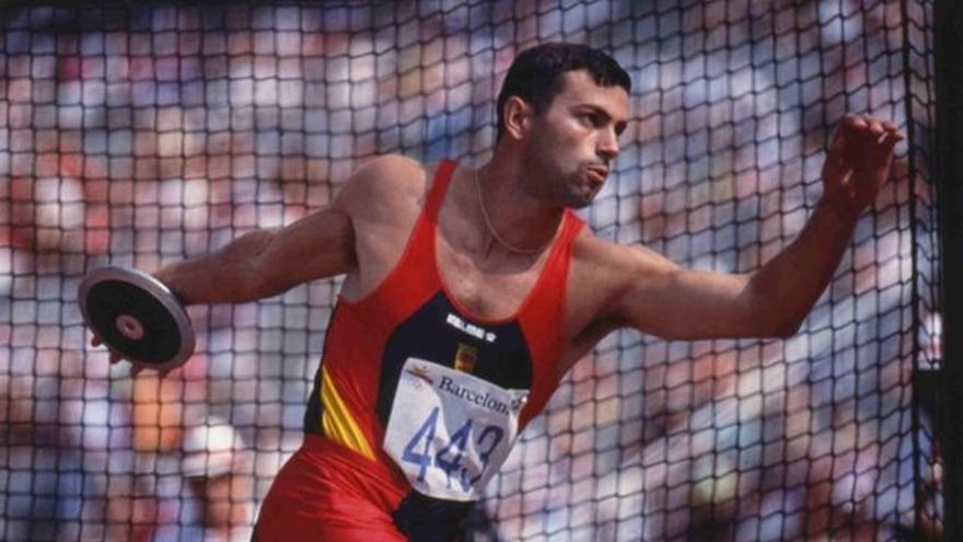 Antonio Peñalver, en una competición oficial de atletismo con el equipo español