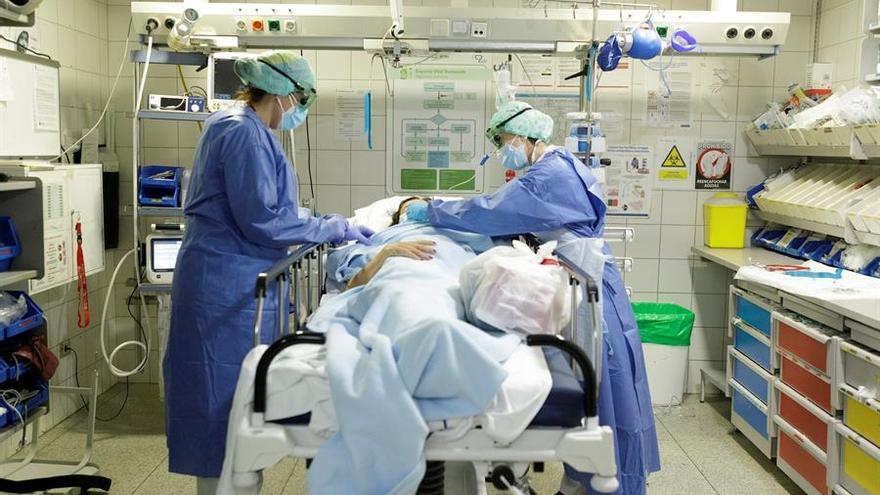 Enfermos de coronavirus en la UVI del Hospital Universitario de Canarias