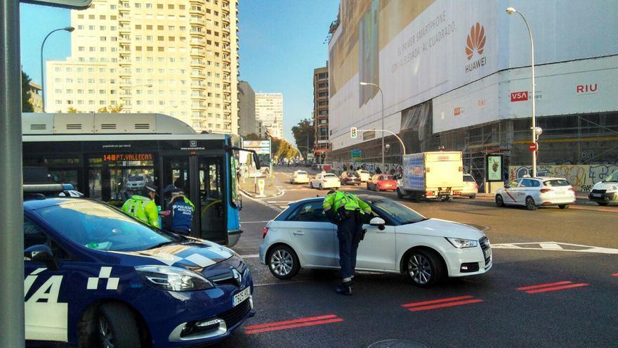 Varios policías municipales controlan el acceso a Madrid Central en la Plaza de España