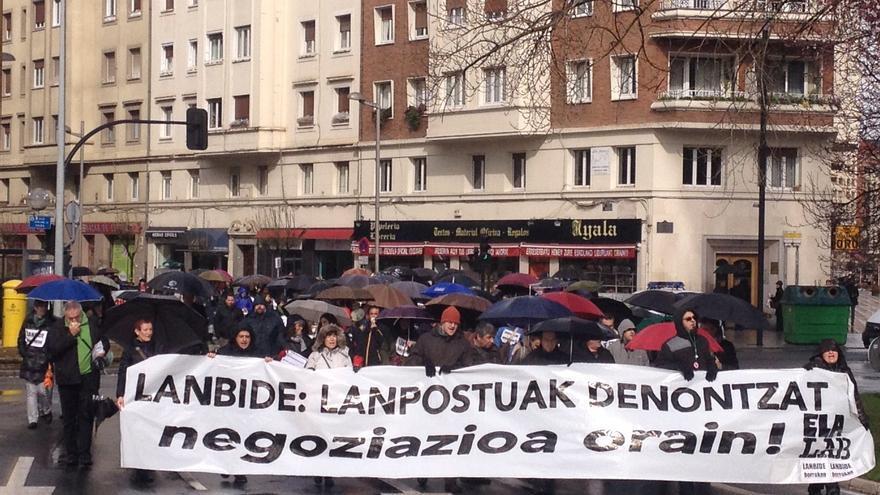 Trabajadores de Lanbide recorren Vitoria en la primera jornada de los tres días consecutivos de huelga.