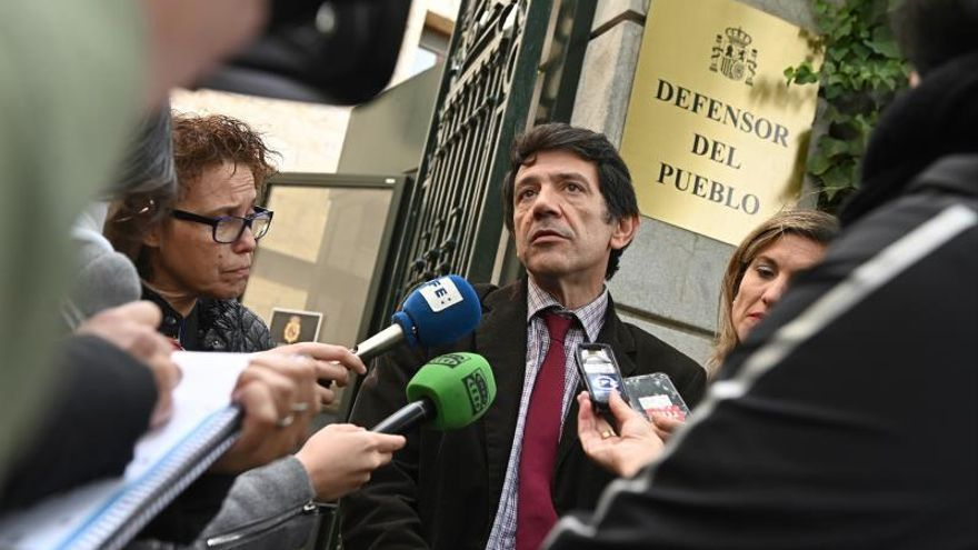 Los docentes catalanes llevan al Defensor el manifiesto separatista de los rectores
