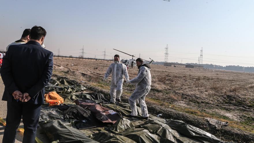 Imágenes de cadáveres recuperados tras el accidente aéreo en Teherán.