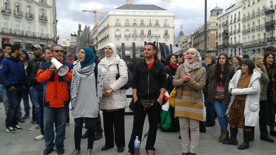 Varias personas protestan contra el pacto de la UE y Turquía sobre refugiados en 'Toma la Plaza', en la Puerta del Sol, el 22 de abril de 2016. | Fabiola Barranco.