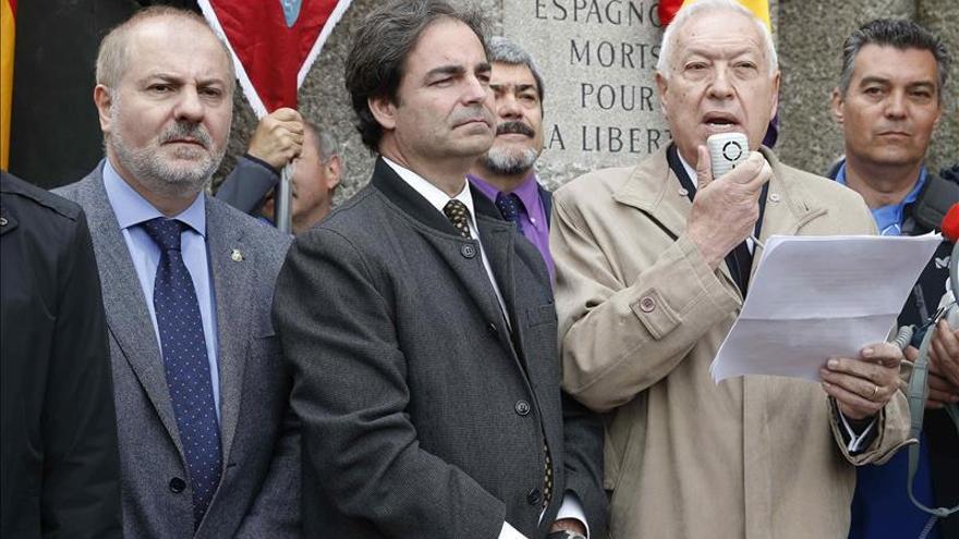 El ministro de Exteriores, José Manuel García-Margallo, se dirige a los asistentes en la ofrenda floral ante el monumento a los republicanos españoles muertos en el campo de exterminio nazi de Mauthausen. / Efe