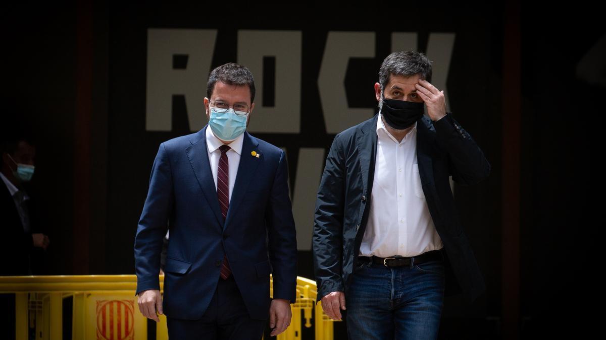 El president de la Generalitat en funciones, Pere Aragonès (i) y el secretario general de Junts, Jordi Sànchez (d) a su llegada a los jardines del Palau Robert