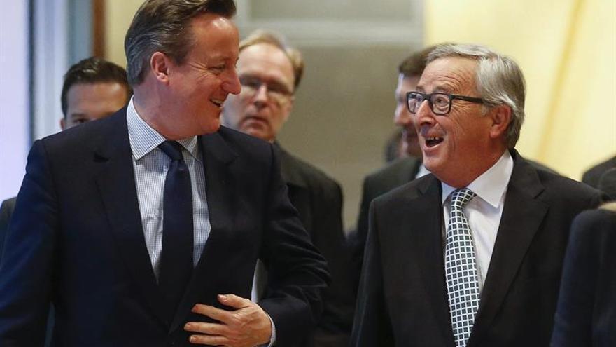 El presidente de la Comisión Europea (CE), Jean-Claude Juncker (d), recibe al primer ministro británico, David Cameron, antes de su reunión en la sede de la Unión Europea en Bruselas en febrero de 2016.