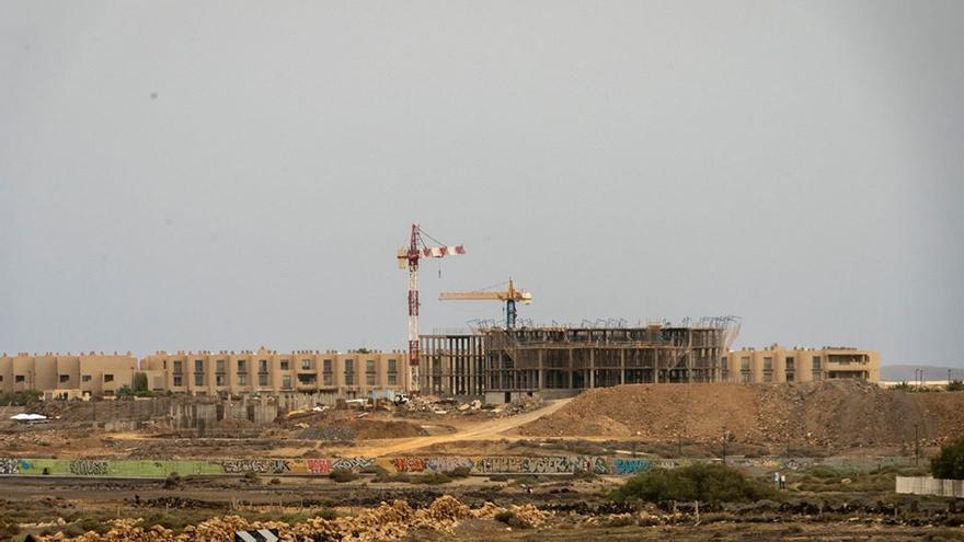Obras de construcción de un hotel en la primera línea de costa de La Tejita, en el sur de Tenerife