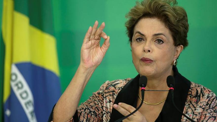 """Rousseff afirma que es víctima de """"una farsa"""" y que """"luchará"""" por su cargo"""