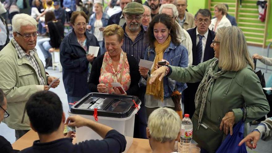 Las cargas policiales y la insólita votación marcan la jornada en Cataluña