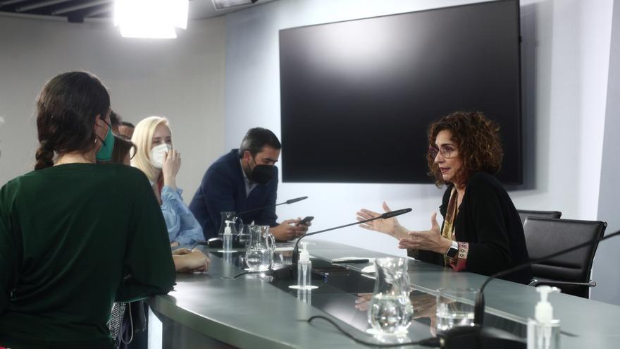 La ministra de Hacienda, María Jesús Montero; conversa con varios periodistas tras una rueda de prensa posterior al Consejo de Ministros, a 27 de abril de 2021, en el Complejo de la Moncloa, Madrid, (España). Durante la convocatoria informarán, entre otra