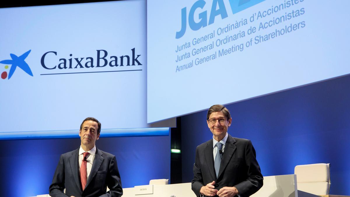 José Ignacio Goirigolzarri (d) , presidente, y Gonzalo Gortázar, consejero delegado, en la junta general de accionistas de CaixaBank. EFE/Biel Aliño/Archivo