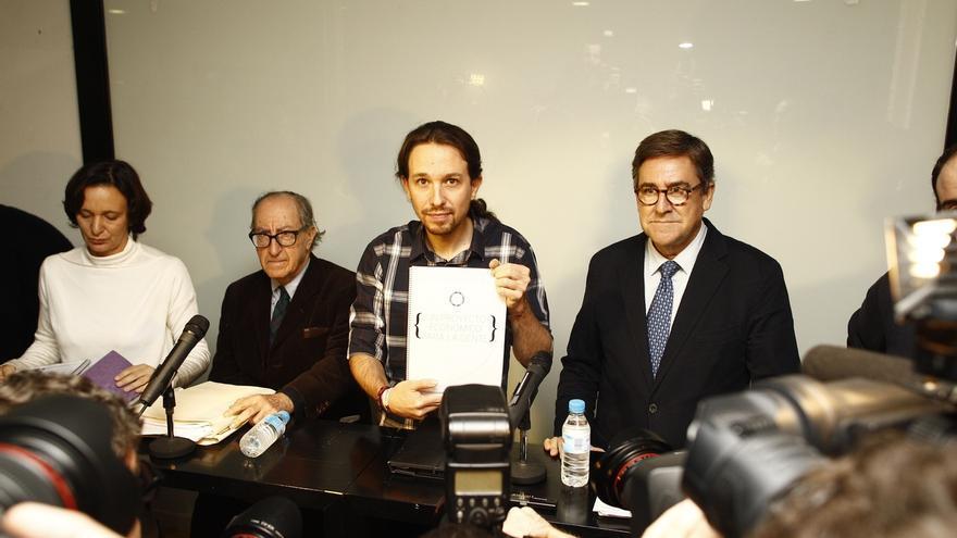 Pablo Iglesias y Carolina Bescansa junto a Juan Torres y Vicenç Navarro. EUROPA PRESS