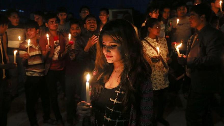 Los nepalíes esperan para celebrar la Constitución