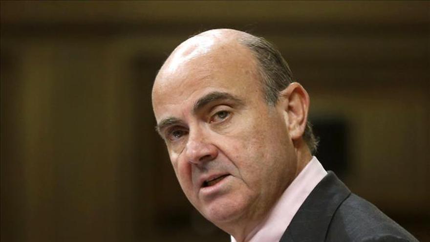 De Guindos descarta que Cataluña y la corrupción influyan en la deuda española