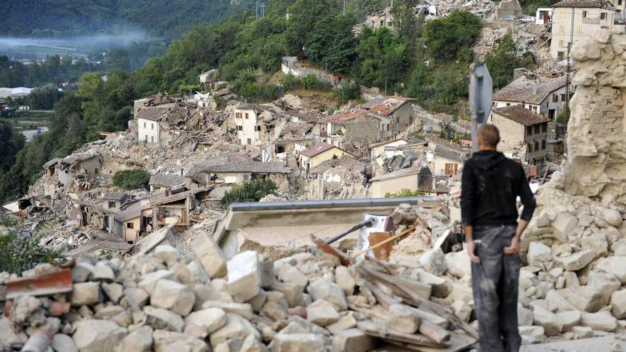 Un superviviente observa los daños causador por el terremoto en Pescara del Tronto / AP - Cristiano Chiodi