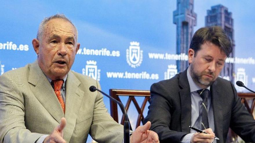 El presidente del Cabildo de Tenerife, Carlos Alonso (d), y el constructor Antonio Plasencia, en una imagen de archivo