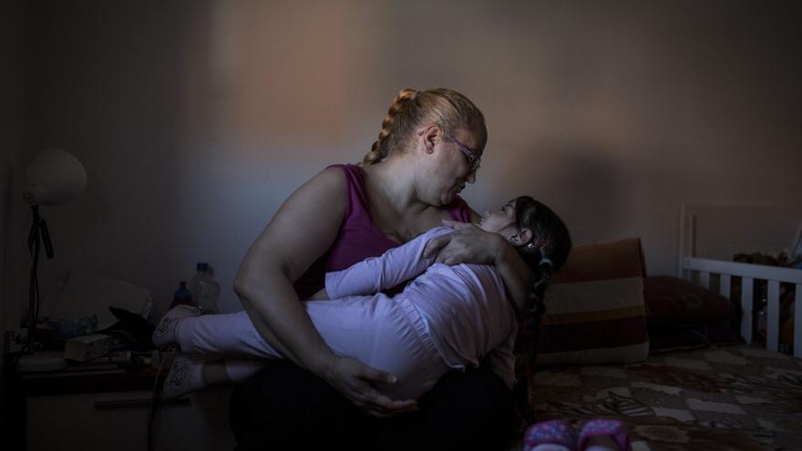 Eva y Yomara han cambiado su barrio de San Blas por Carabanchel, donde pagan 75 euros al mes por un alquiler social / OLMO CALVO