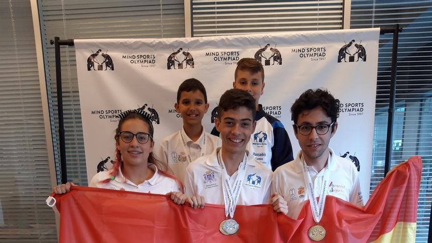 Delegación española en las Olimpiadas de Deportes Mentales Internacionales de Londres, formada  por  la Selección Canaria Júnior, integrada por cinco jóvenes palmeros,