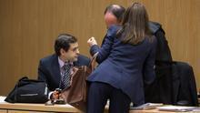 Mari Carmen Benitez hablando con José Aníbal Álvarez García, abogado del diputado Jorge Ordrígu