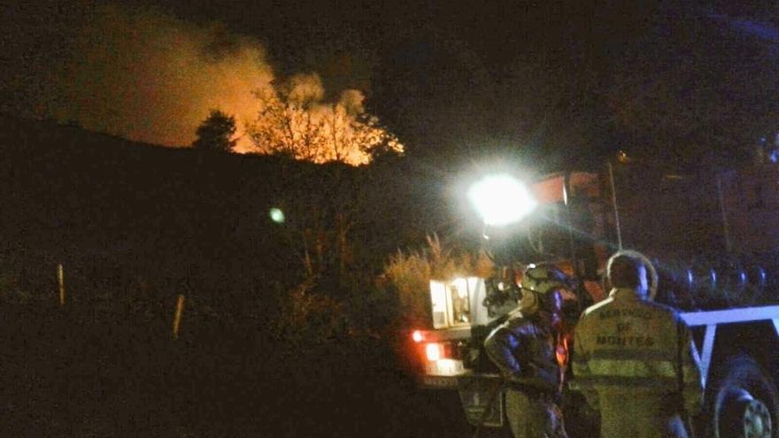 El incendio forestal de Ruerrero todavía no está controlado aunque se avanza en su extinción